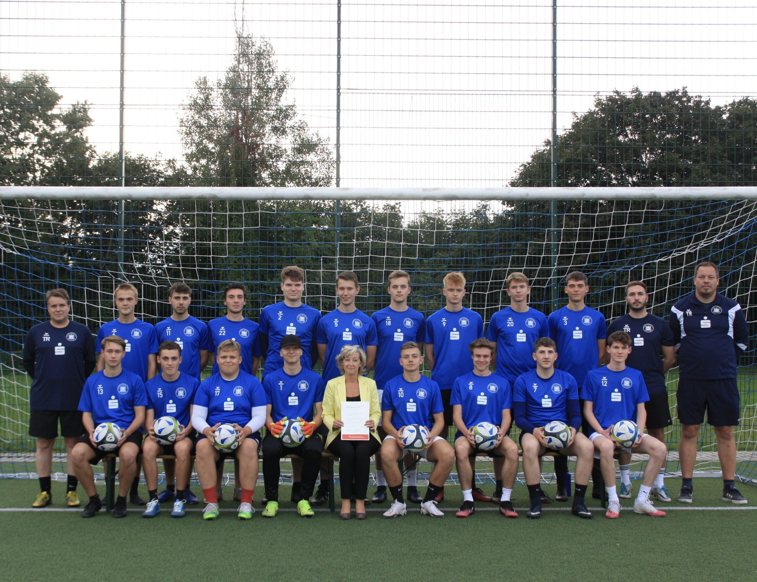 Sparkasse fördert Erwärmungstrikots und Ballsatz für die A-Junioren der Abteilung Fußball